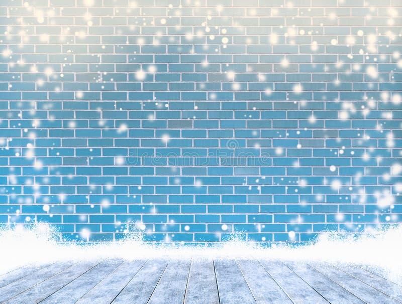 Tom färgtegelstenvägg med isräkningen ett trägolv och snöa, royaltyfri bild