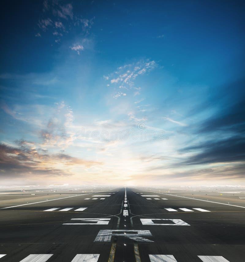 Tom flygplatslandningsbana med dramatisk himmel arkivbilder