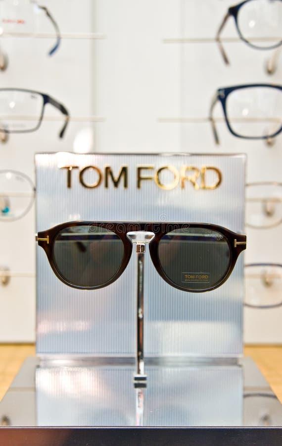 Tom Ford που μαρκάρεται eyeglasses σε ένα λιανικό κατάστημα οπτικών στην Πολωνία στοκ εικόνες