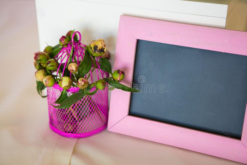 Tom fotoram och blommabukett Över trä bordlägga royaltyfria bilder