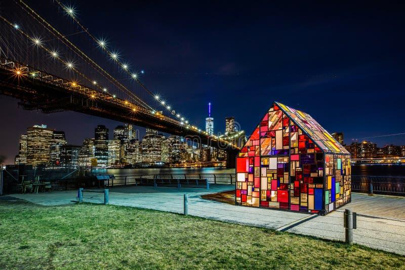 Tom Fruinâ-€™s Buntglas-Haus installiert an Brooklyn-Brücke P stockfoto