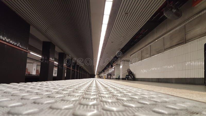 Tom gångtunnelstation från jordningen arkivbild