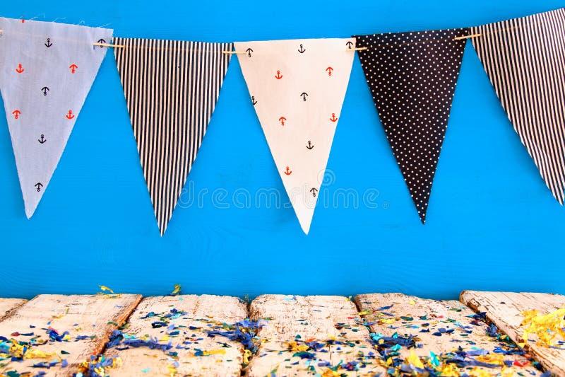 Tom gammal tabell framme av karneval- och födelsedagpartibakgrund royaltyfria bilder