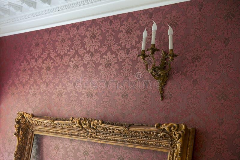 Tom guld- ram med stuckaturen i rummet royaltyfri foto