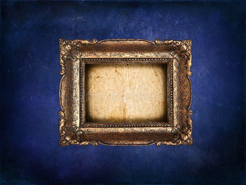 Tom guld- ram på den blåa grungeväggen royaltyfri fotografi