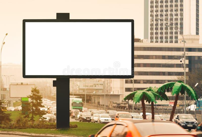 Tom horisontalaffischtavla mot en stads- bakgrund fotografering för bildbyråer