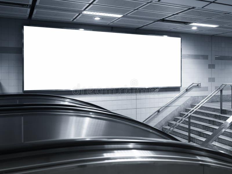 Tom horisontalstor affischaffischtavla i gångtunnelstation royaltyfri bild
