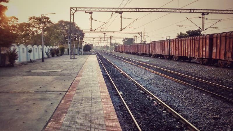 Tom indisk järnvägsstation under goodstrain för solnedgånggodstrainsunset royaltyfria foton