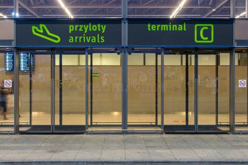 Tom ingång för internationell flygplats i Katowice, Polen Lopp- och resabegrepp Flyg- och trans.begrepp arkivfoton