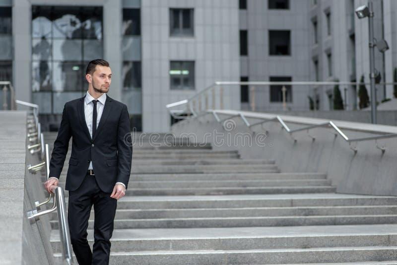 tom inspirationmananteckningsbok Ung affärsman som utomhus går och royaltyfri foto