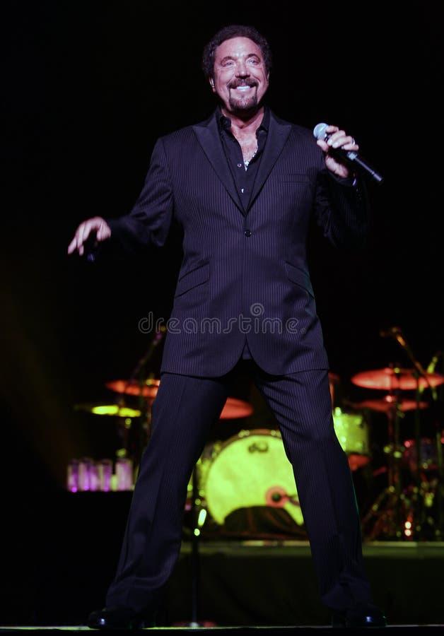 Tom Jones führt im Konzert durch stockfoto