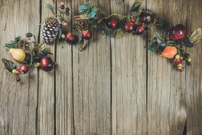 Tom jul dekorerade trätabellöverkanten som var klar för produktskärmmontage royaltyfri bild