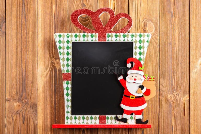 Tom jul dekorerat kritabräde som är bra för att texter tillfogas royaltyfri bild