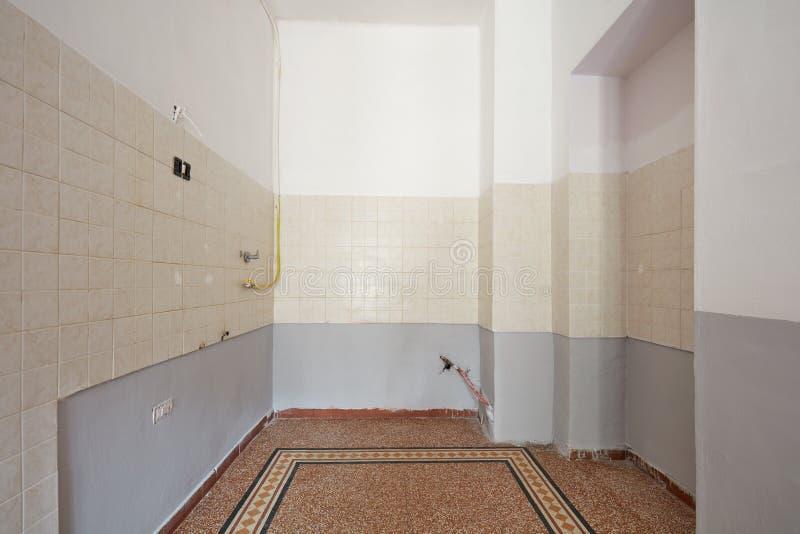 Tom kökinre med det belade med tegel golvet för återställande arkivbilder