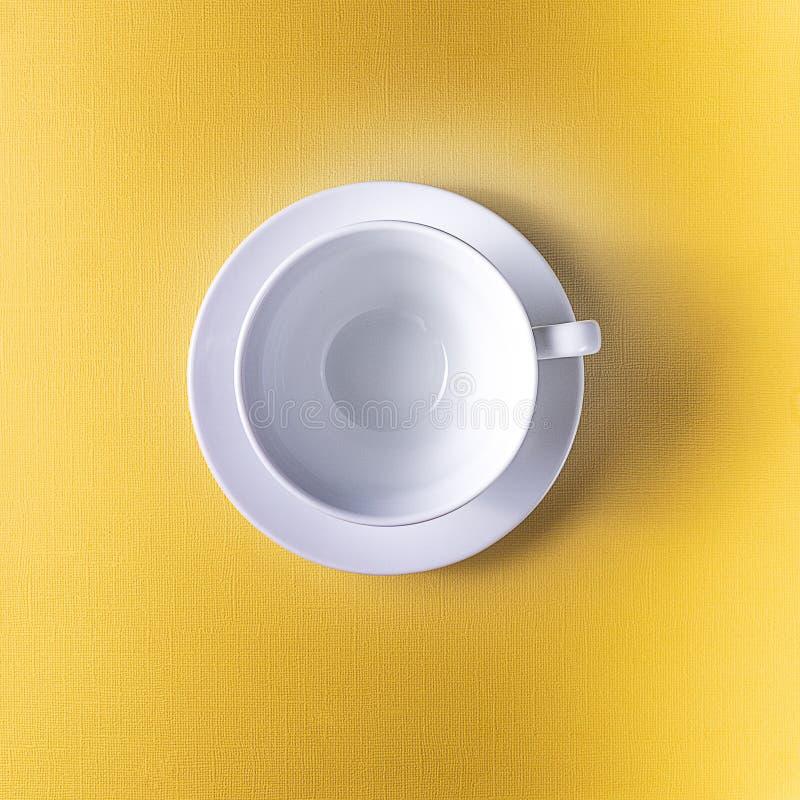 Tom kaffe- eller tekopp på gul färgbakgrund, kopieringsutrymme royaltyfri foto