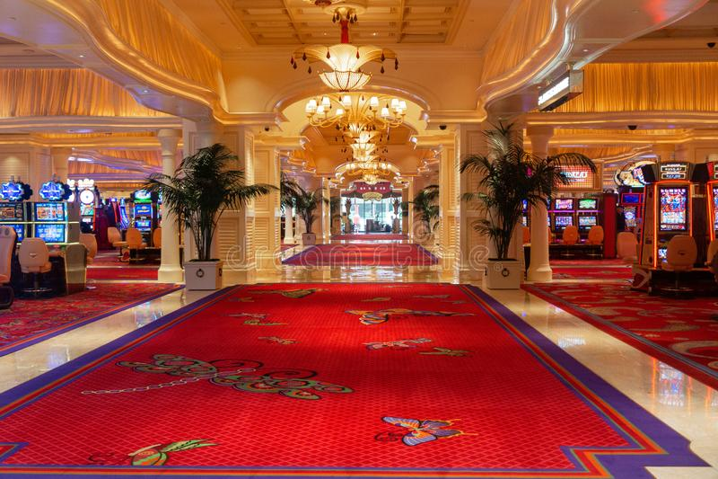 Tom kasinolobby med enarmade banditer Las Vegas royaltyfri bild