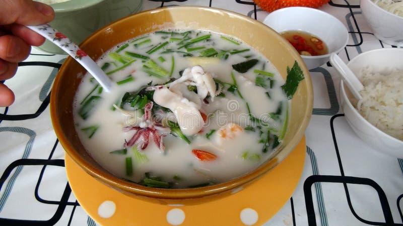 Tom Kha Thale - sopa tailandesa do coco com marisco imagens de stock royalty free