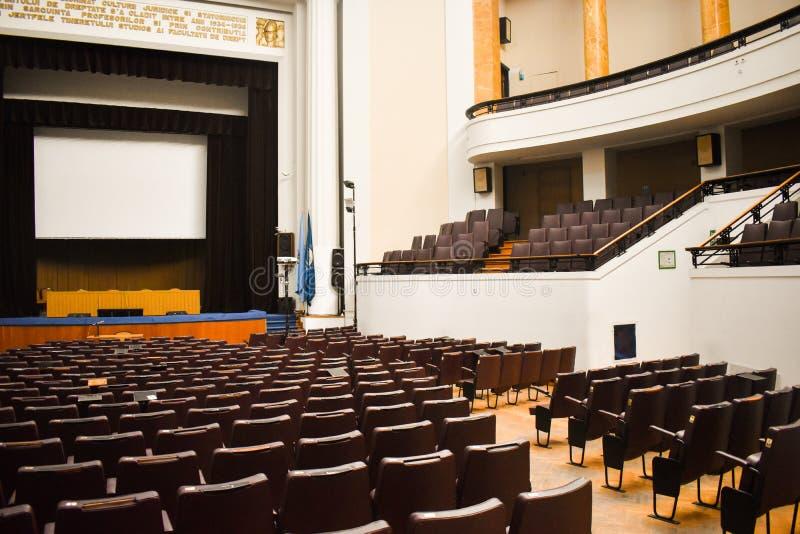 Tom konferenskorridor som förbereds för toppmötegäster med europeisk union och NATO-flaggor Rymlig salong med rader av stolar, royaltyfri foto