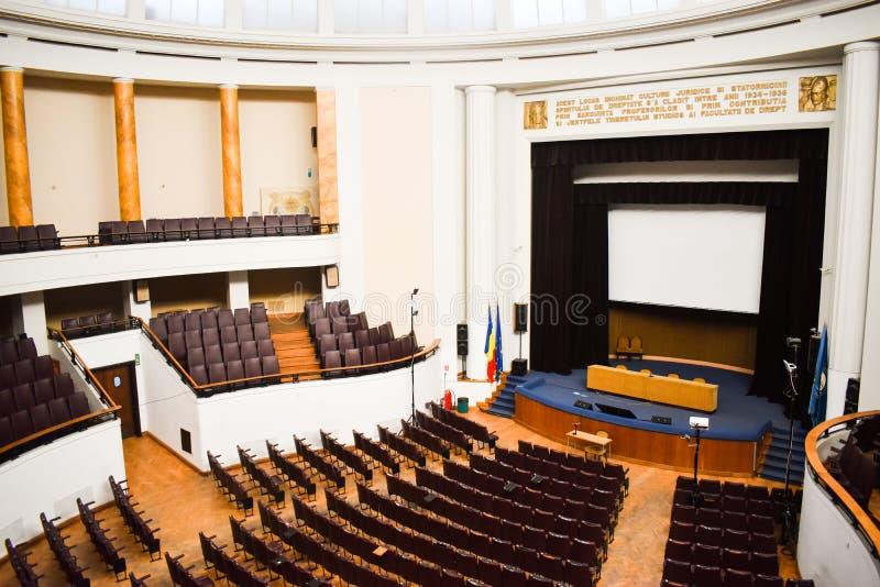 Tom konferenskorridor som förbereds för toppmötegäster med europeisk union och NATO-flaggor Rymlig salong med rader av stolar, royaltyfri bild