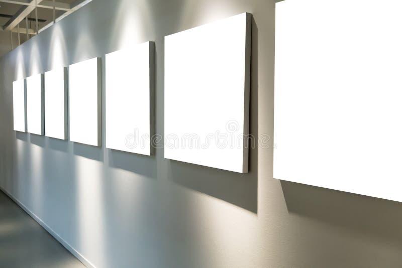 Tom konstgalleri med tomma affischer som hänger på väggarna arkivfoto