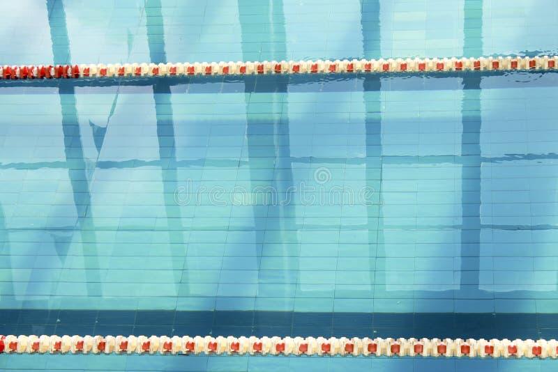 Tom korridor av simbassängen med plast- avdelare royaltyfri fotografi