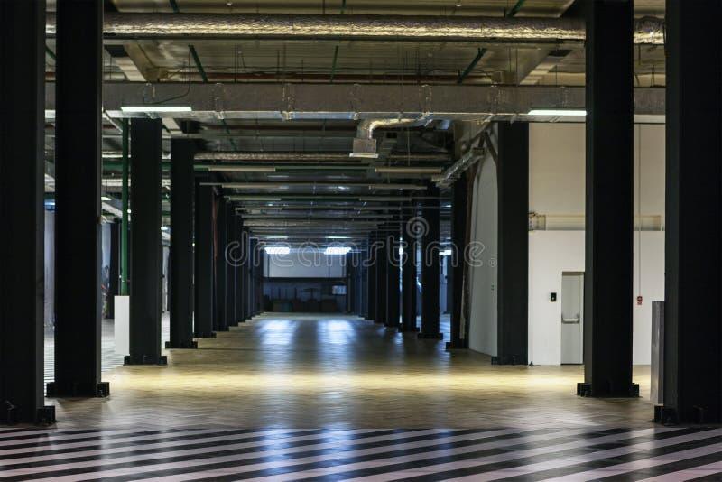 Tom korridor för lagringsrum arkivbild