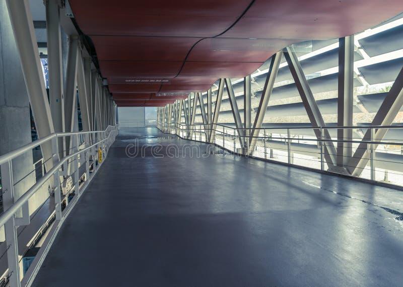 Tom korridor i den moderna kontorsbyggnaden royaltyfri bild