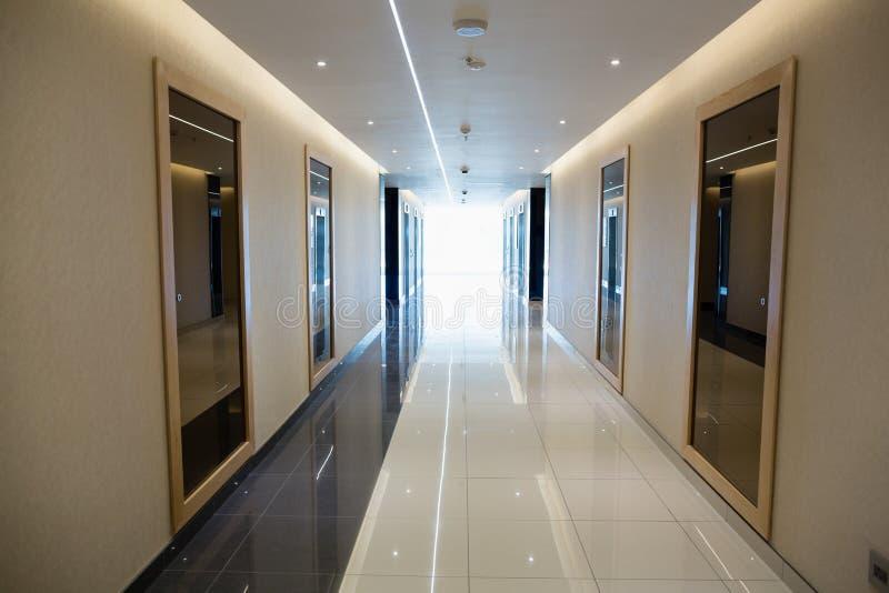 Tom korridor i den moderna kontorsbyggnaden royaltyfria foton