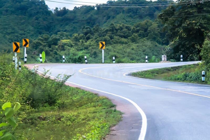 Tom kurvväg i berget och skogen, landsväg i nord av Thailand royaltyfri fotografi