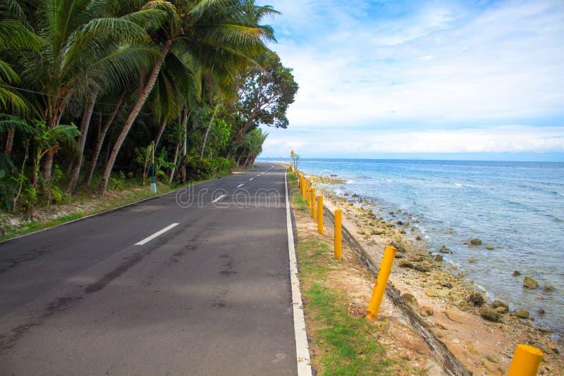 Tom kust- väg vid havet Tropiskt öferielopp fotografering för bildbyråer