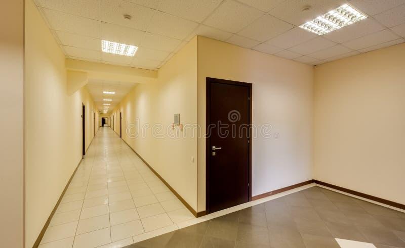 Tom lång korridor royaltyfria foton