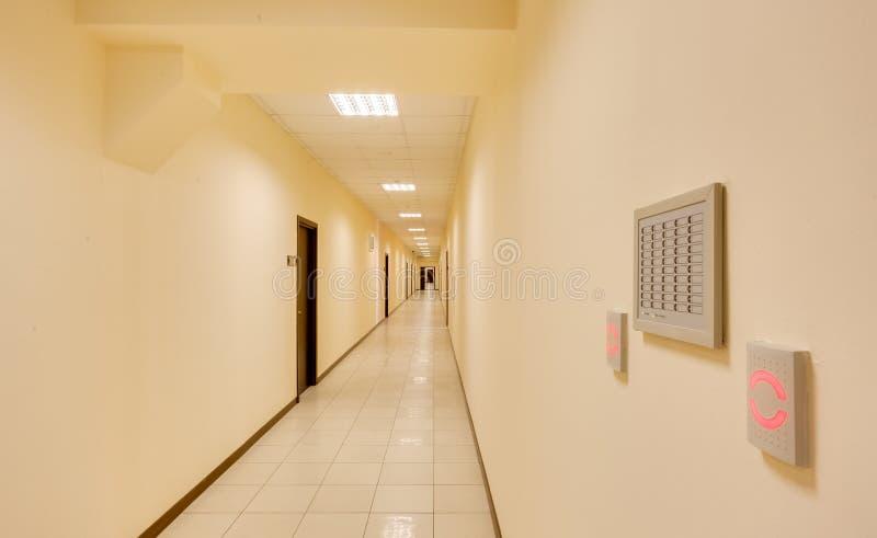 Tom lång korridor royaltyfria bilder