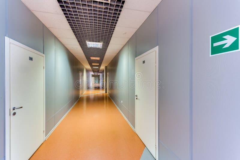 Tom lång korridor royaltyfri fotografi