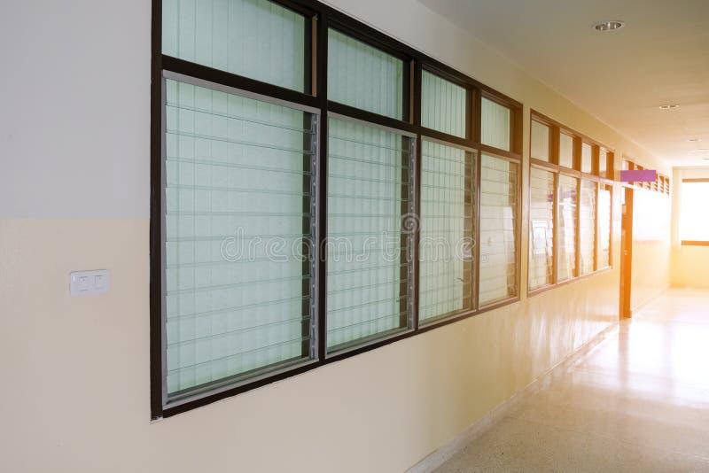 Tom lång korridor i tappningfönstren royaltyfri foto