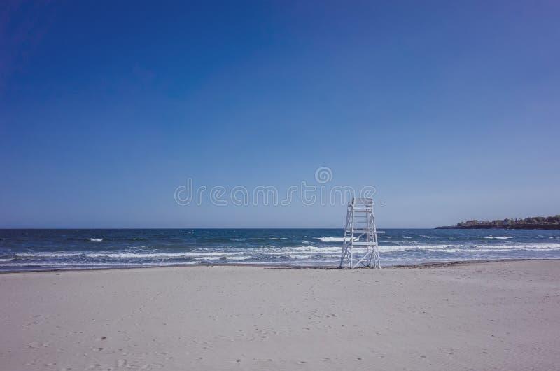 Tom livräddare Chair på stranden som vänder mot havet fotografering för bildbyråer