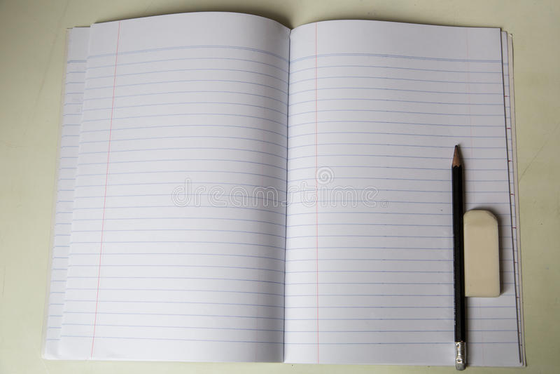 Tom notepad med blyertspennan och radergummit på tabellen royaltyfria foton