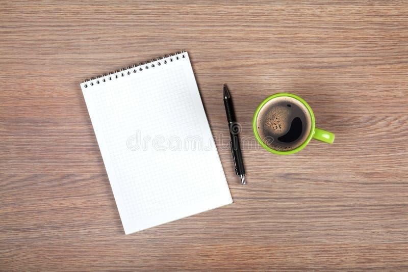 Tom notepad- och kaffekopp arkivfoto