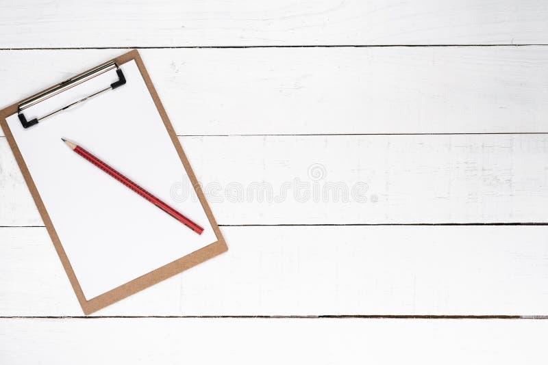 Tom notepad på röd lasursten över vit träbakgrund royaltyfria foton