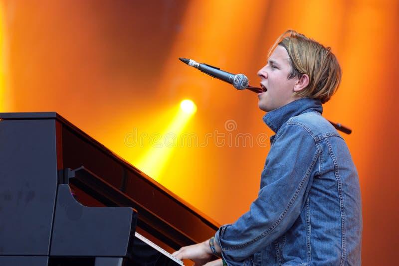 Tom Odell (cantante, compositor y pianista británicos) canta y juega el piano en el festival de la BOLA fotos de archivo libres de regalías