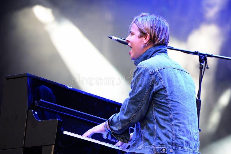 Tom Odell (cantante, compositor y pianista británicos) canta y juega el piano en el festival de la BOLA foto de archivo libre de regalías