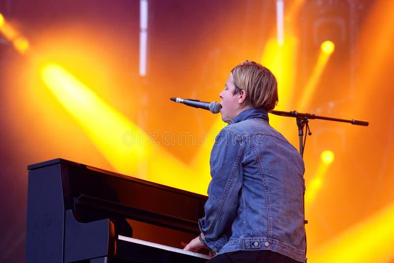 Tom Odell (cantante, compositor y pianista británicos) canta y juega el piano en el festival de la BOLA foto de archivo