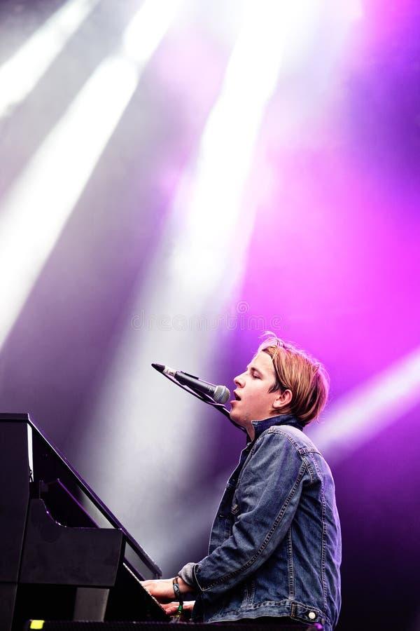 Tom Odell (cantante y compositor británicos) canta y juega el piano fotos de archivo