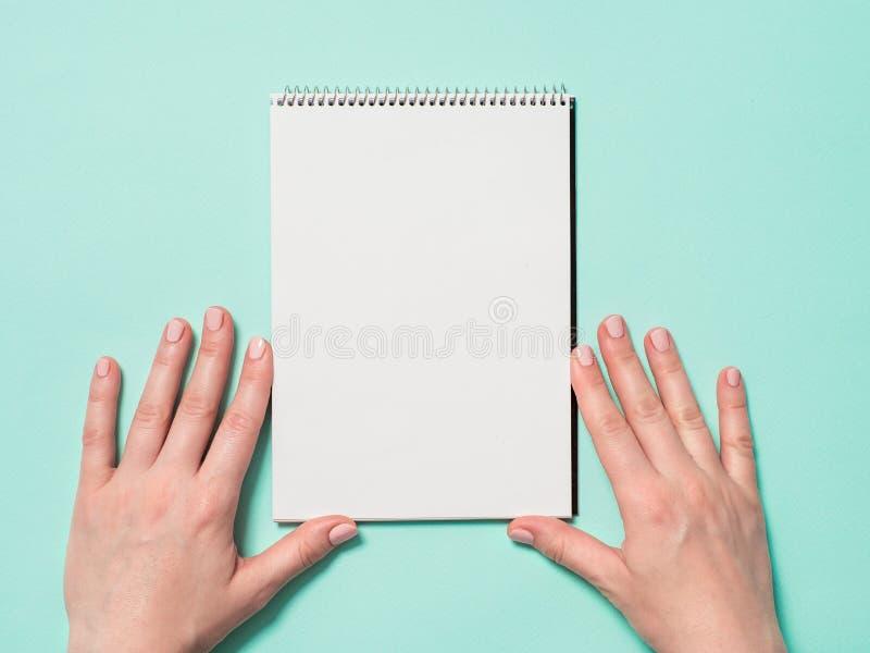 Tom pappers- anteckningsbok och kvinnliga händer royaltyfri fotografi