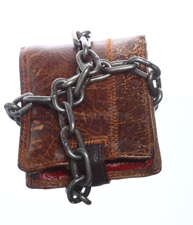 Tom plånbok i kedjan - fattig ekonomi, slut av utgifter royaltyfria bilder