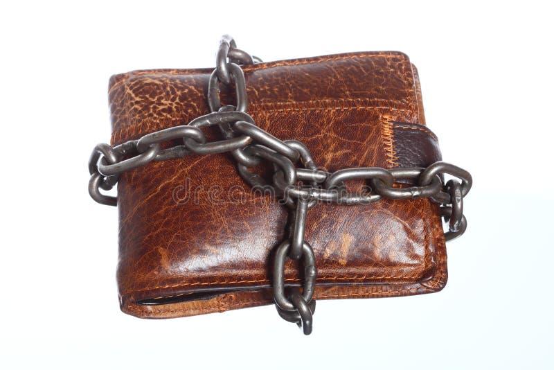 Tom plånbok i kedjan - fattig ekonomi, slut av utgifter royaltyfri foto