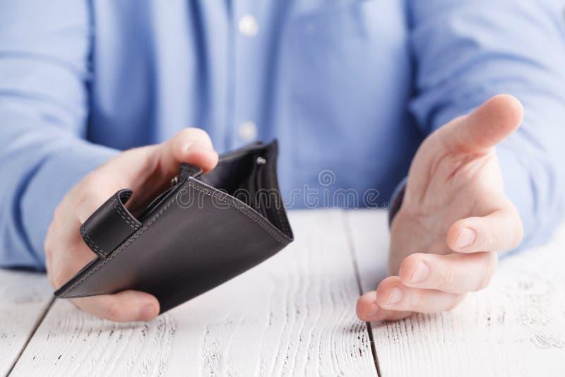 Tom plånbok i manhänder arkivbilder