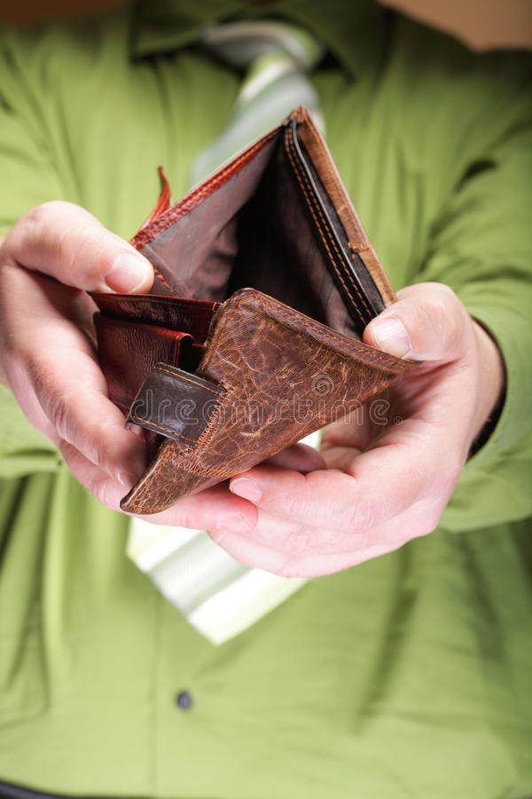 Tom plånbok i manhänder - fattig ekonomi fotografering för bildbyråer