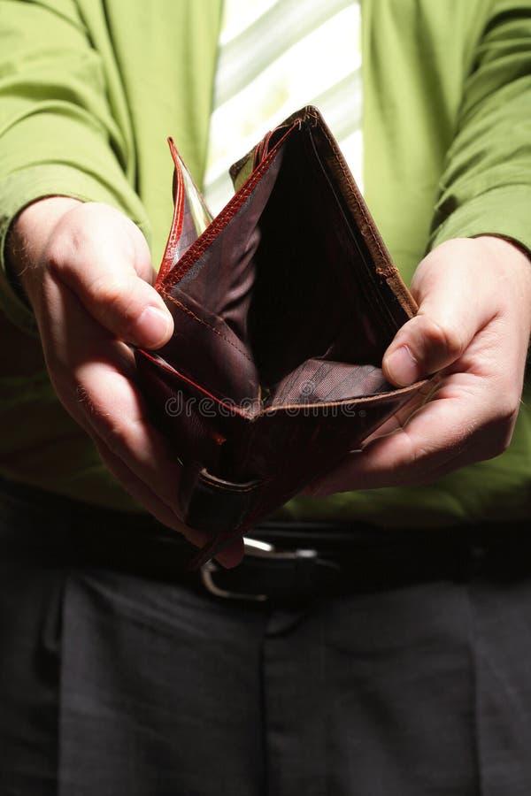 Tom plånbok i manhänder - fattig ekonomi arkivbilder