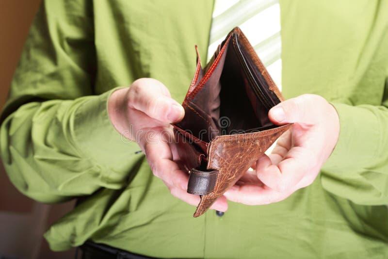Tom plånbok i manhänder - fattig ekonomi royaltyfria foton