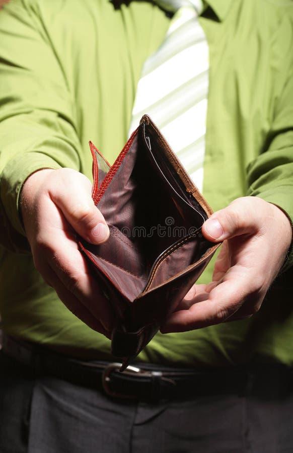 Tom plånbok i manhänder - fattig ekonomi arkivbild